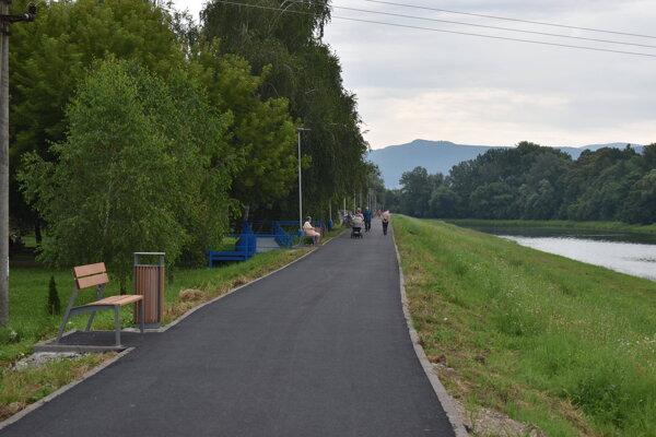 Cyklochodník na nábreží Laborca už slúži na prechádzky, oddych i športové vyžitie.