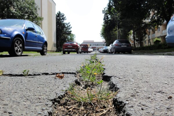 Na jeseň by už Kuzmányho mal pokryť nový asfalt – tak na cestách, ako ichodníkoch. Počet parkovacích miest tam stúpne na 98.