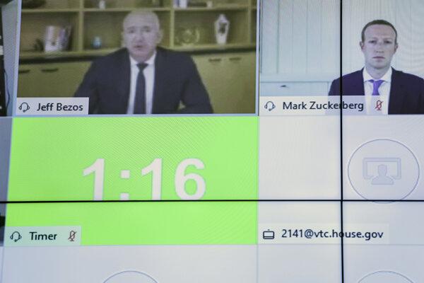 Šéfovia Facebooku, Amazonu, Applu a Alphabetu (Google) sa k vypočúvaniu pripojili cez softvér WebEx. Na snímke práve hovorí šéf Amazonu Jeff Bezos (vľavo), na obrazovke vedľa neho zatiaľ s vypnutým mikrofónom počúva šéf Facebooku Mark Zuckerberg.
