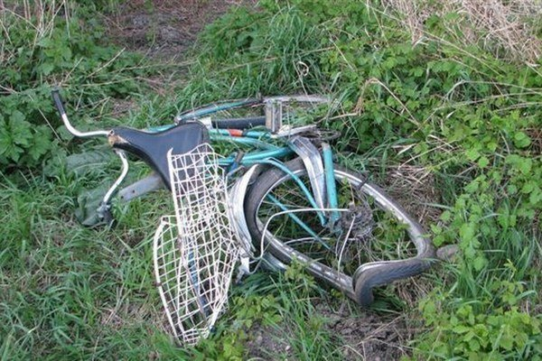 Z miesta nehody ušiel aj vodič, ktorý zrazil cyklistu na tomto bicykli. Cyklista zomrel, vodiča neskôr chytili.