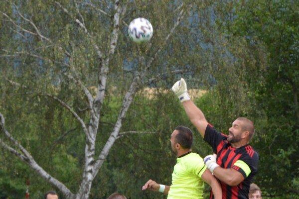 Ivan Mikuláš preskakuje hrajúceho trénera domácich Petra Doležaja. Tovarníky sa v pohári môžu tešiť na Podbrezovú.