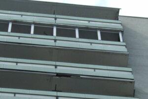 Kus betónu odpadol z balkóna na desiatom poschodí.