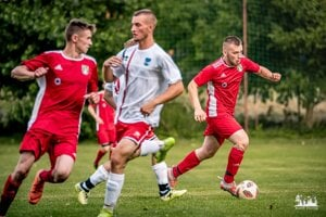 Pohranice (v červenom) porazili Tekovské Nemce 2:0 a idú ďalej.