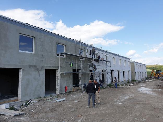 Na snímke nové byty nízkeho štandardu počas výstavby 3. augusta 2020 v obci Radnovce, okres Rimavská Sobota.