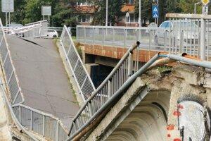 Spadnutý most by mali na budúci týždeň začať odstraňovať.