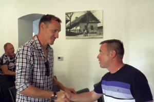 Vľavo bývalý hráč FC Nitra ajuniorský reprezentant SR Arnold Šimonek, ktorý sa vlete stal predsedom ŠK Tvrdošovce.