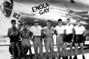 Posádka amerického bombardéru B-29 Superfortress, ktorý zhodil 6. augusta 1945 atómovú bombu na Hirošimu, v strede pilot Paul Tibbets.