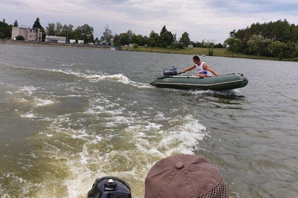 Okysličovanie vody Lipoviny motorovými člnmi.