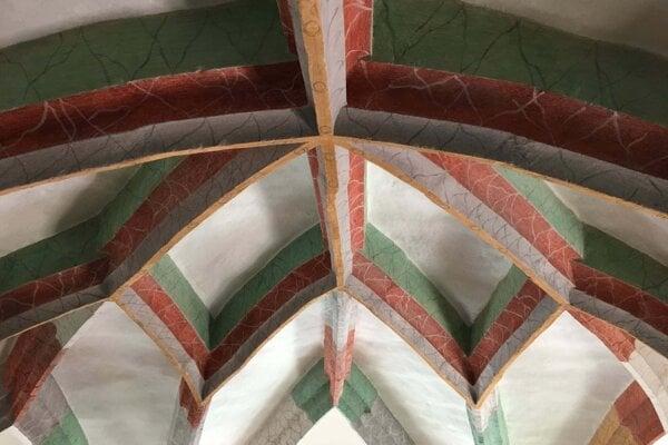 Neskorogotická klenba presbytéria kostola v Okoličnom.