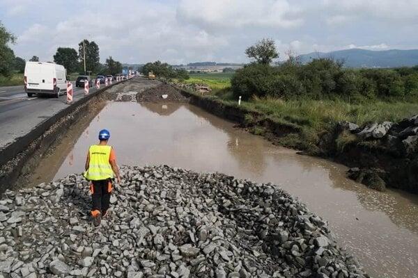 Pri výstavbe cesty I/18 v Kapušanoch narazili na problém s podložím.