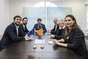 Bývalý katalánsky minister kultúry Lluis Puig Gordi (tretí vpravo).