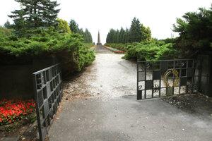 Vojenský cintorín susedí s civilným.