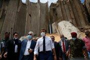 Francúzsky prezident Emmanuel Macron si prezerá škody po utorkovom mohutnom výbuchu v prístave v libanonskej metropole Bejrút vo štvrtok 6. augusta 2020.