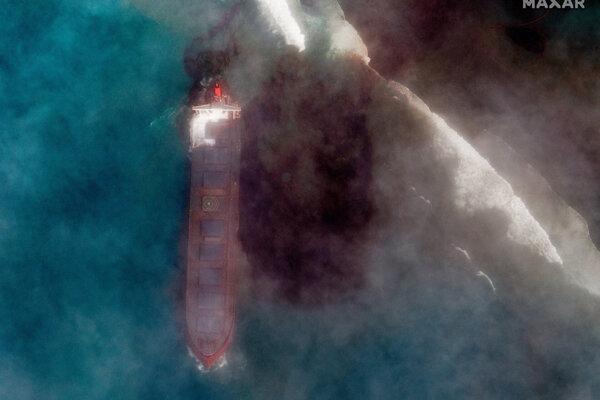Z lode vytekajú ropné látky.