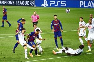 Obranca Clement Lenglet dáva hlavou prvý gól Barcelony, na trávniku leží Koulibaly.
