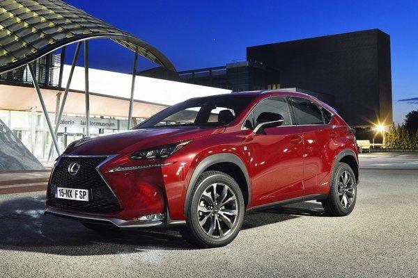 Lexus NX pôsobí masívne a výrobca chce prostredníctvom dizajnu osloviť aj mladú generáciu.