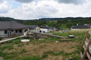 V tejto lokalite Horného Lieskova už je dosť domov, pribúdajú stále nové. Obec dala postaviť vodovod. ľudia ho však užívať nemôžu.