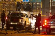 Polícia počas zásahu proti demonštrantom v Minsku.
