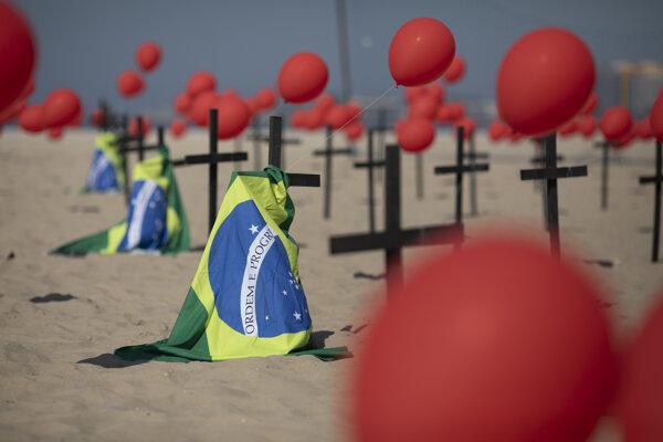 Symbolické hroby na pláži Copacabana v Riu de Janeiro postavili aktivisti 8. augusta, keď brazílske úrady ohlásili stotisíc úmrtí súvisiacich s koronavírusom.