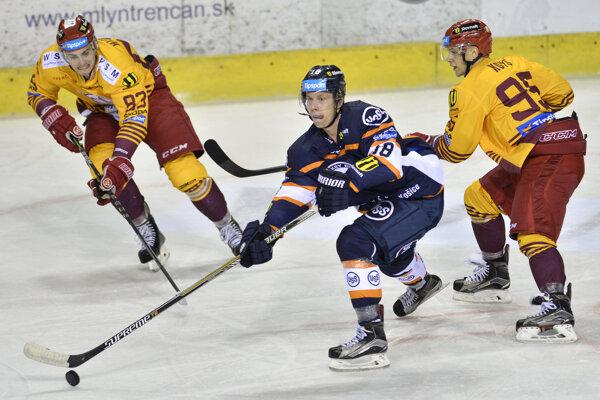 Branislav Pavúk (v strede) naposledy obliekal dres HC Košice v sezóne 2017/18.
