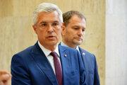 Minister zahraničných vecí Ivan Korčok a predseda vlády Igor Matovič počas brífingu pred rokovaním vlády. Bratislava, 12. august 2020.