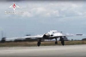 Štart bezpilotného dronu S-70 Ochotnik-B  na neidentifikovanom mieste v Rusku.