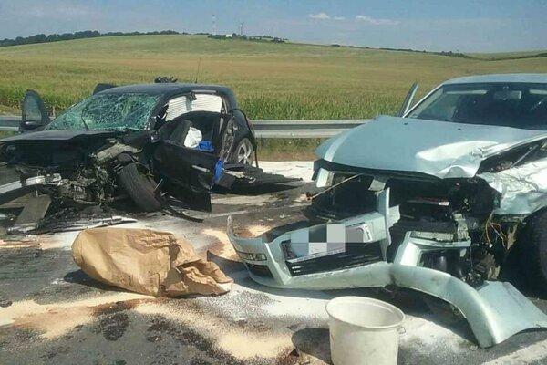 Hrozivo vyzerajúca dopravná nehoda. Jednu osobu hasiči vyslobodili z auta hydraulickým zariadením.
