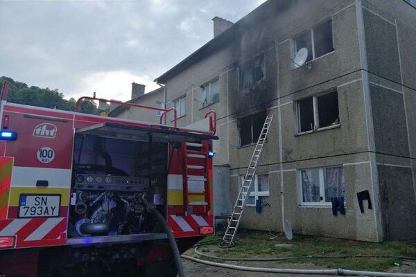 Hasenie požiaru v bytovke v Žehre.