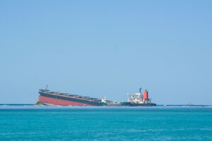 Japonská loď uviaznutá pri pobreží ostrova Maurícius.