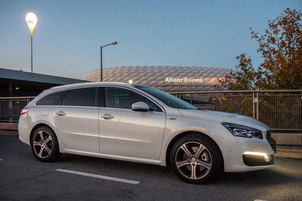 Peugeot 508 sme skúšali v podmienkach pracovných ciest. Jedna z nich viedla do Mníchova k známemu športovému štadiónu.