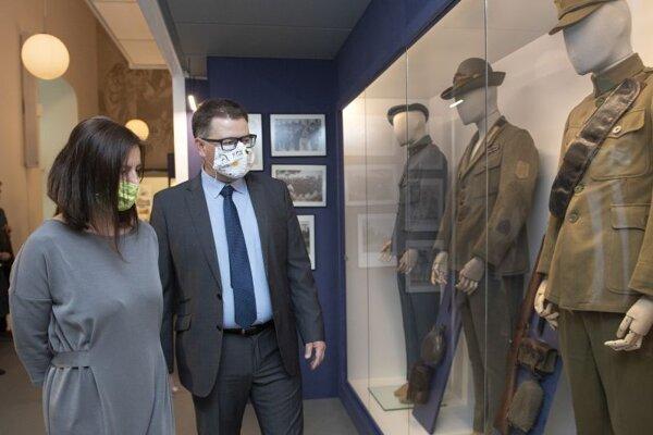 Ministerka kultúry SR Natália Milanová a vpravo generálny riaditeľ SNM Branislav Panis počas prehliadky výstavy Milan Rastislav Štefánik. Generál – Osloboditeľ v priestoroch Bratislavského hradu.