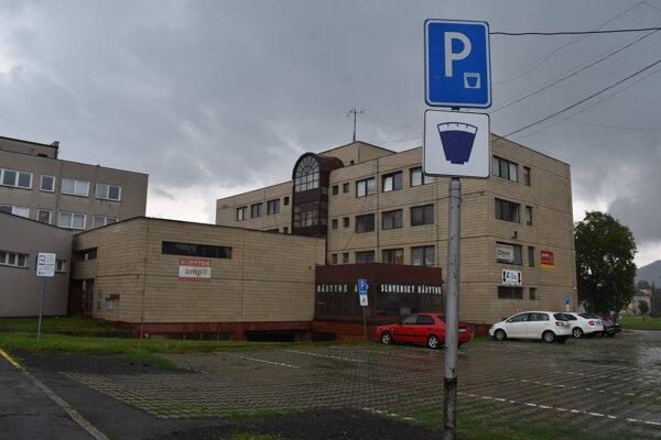 Na spoplatnené parkovanie upozorňuje tabuľa.