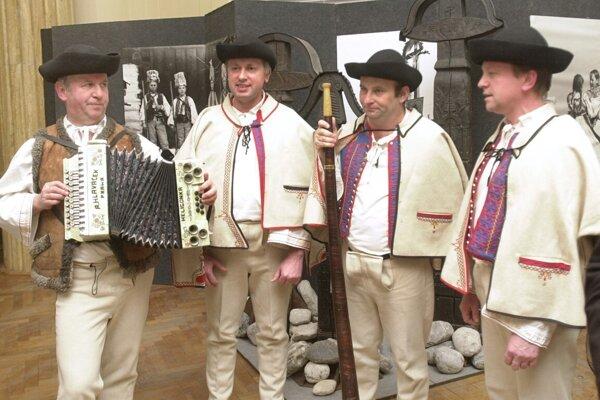 Emil Trgiňa (vľavo) je zakladateľom folklórneho súbora Hájiček.