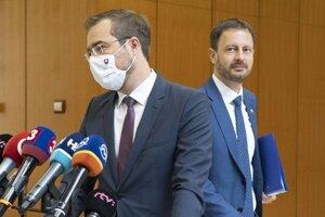 Zľava minister zdravotníctva Marek Krajčí (OĽaNO) a minister financií Eduard Heger (OĽaNO) pred zasadnutím 33. schôdze vlády SR 19. augusta 2020 v Bratislave.