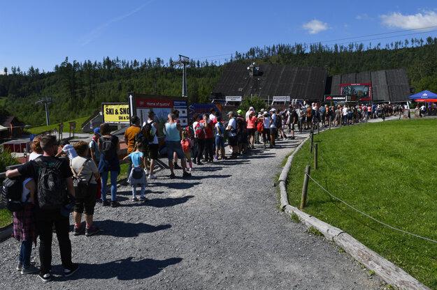 Turisti stoja v rade na kabínkovú lanovku z Tatranskej Lomnice na Skalnaté pleso vo Vysokých Tatrách. Fotografia je z dňa 30. júla 2020.