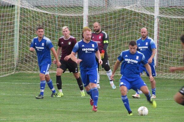 Melčice-Lieskové (v modrom) rozhodli o svojom víťazstve v nadstavenom čase.
