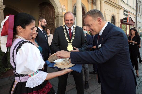Polaček a Kollár pred Historickou radnicou.