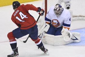 Richard Pánik z Washingtonu a brankár NY Islanders Semjon Varlamov.