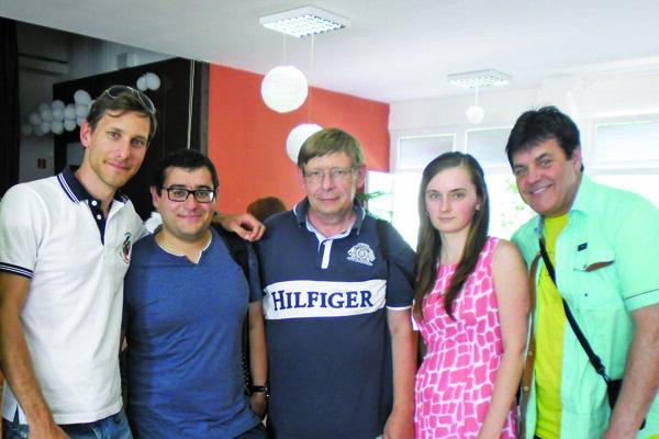 Zľava: Marián Baleja, Sergej Movsesian (bývalý spoluhráč, veľmajster, olympijský víťaz amajster sveta vdružstve Arménska), Juraj Zavarský, Zuzana Milcová, Ján Hyll.