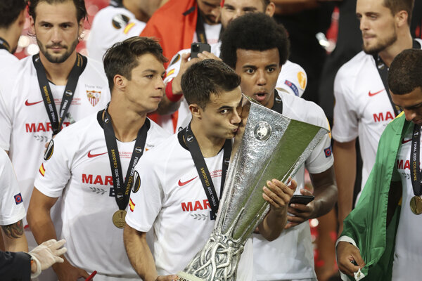 Hráči FC Sevilla sa radujú zo zisku trofeje.