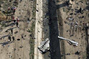 Trosky na mieste pádu ukrajinského dopravného lietadla po jeho zostrelení na predmestí Teheránu.