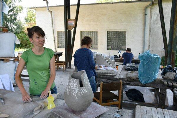 Umelci tvorili priamo vo fabrike.
