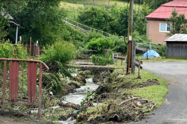 Poškodená regulácia potoka v obci Dedačov.