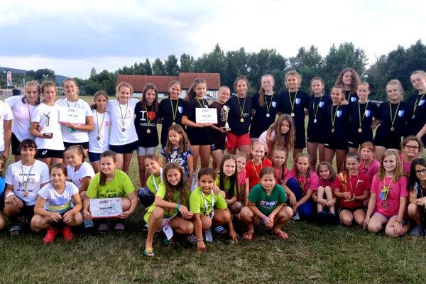 Spoločná snímka dievčenských tímov Šale na turnaji v Žiline.