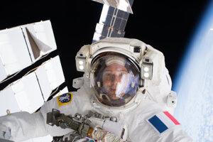 Thomas Pesquet počas svojho prvého výstupu do otvoreného vesmíru.