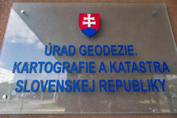 Tabuľa s nápisom na budove, v ktorej sídli Úrad geodézie, kartografie a katastra na Chlumeckého ulici v Bratislave 17. júla 2020.