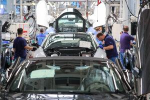 Zamestnanci montujú elektrické automobily BMW i8 v závode nemeckej automobilky BMW v Lipsku.