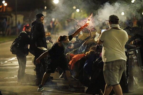 V meste Kenosha pokračovali nepokoje aj tretiu noc.