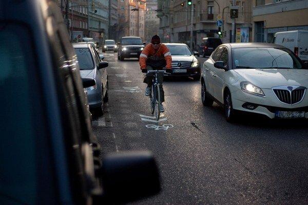 U nás zatiaľ normy na vzdialenosť áut od cyklistov nemáme.