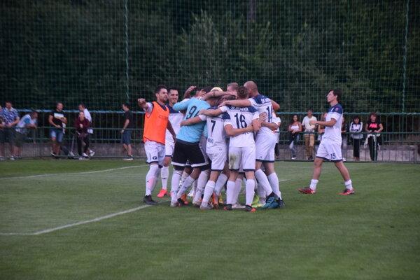 Hráči Makova sa radujú z postupu do 3. kola Slovnaft Cupu.
